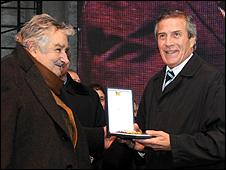 El DT uruguayo Oscar Tabárez recibe medalla del presidente Mujica