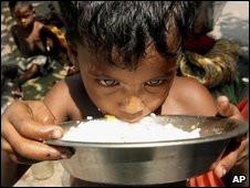 Criança se alimentando