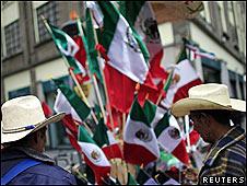 Personas observan banderas en el centro de Ciudad de México