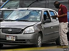 Un policía trabaja en la escena del ataque