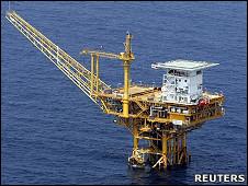 日本海上自衛隊飛機航拍春曉油氣田上的鑽探平台(9/2005)