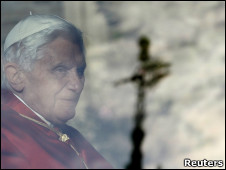 http://wscdn.bbc.co.uk/worldservice/assets/images/2010/09/17/100917175626_pope_london_226x170_reuters.jpg