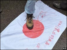 中国示威者踩踏日本国旗(18/09/2010)