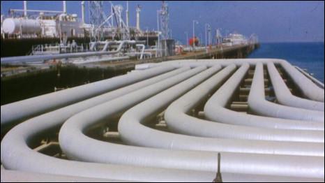 التمويل الخليجي للعراق بين الحقائق الأمنية وتضخيم التهديد الإيراني (عن الحرب العراقية - الايرانية 1980-1988) 100923101439_kuwaitiraqpipeline_466x262_nocredit