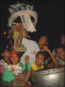 Nhóm trẻ múa lân