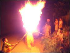 Trẻ em chơi lửa