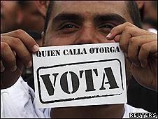 Opositor del partido Un Nuevo Tiempo en una manifestación en Maracaibo