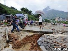 广东高州市钱排镇被泥石流冲毁的街道(新华社图)