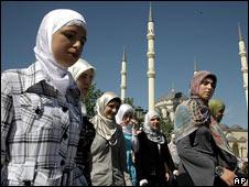 Платок и юбка вновь становятся частью дресс-кода чеченских женщин.