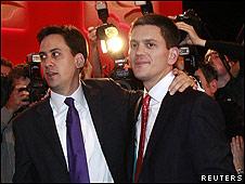 Ed Miliband (izqda.) y su hermano David.