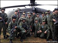 Los soldados que participaron en la operación posan para la prensa.