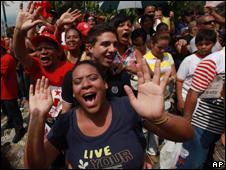 Simpatizantes de Chávez celebran en el día de los comicios.