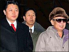 Kim Jong-il (der.) con su hijo Kim Jong-un