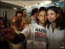 La diputada electa de la oposición María Corina Machado posa para una foto con un seguidor