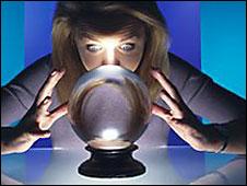 Una mujer mira una bola de cristal