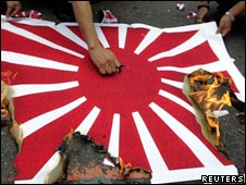 台湾一次保钓抗议中示威者燃烧日本海军旗帜