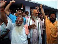 लखनऊ में ख़ुशियाँ मनाते कुछ धार्मिक नेता