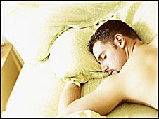 Un hombre duerme