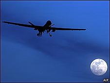 Беспилотник на фоне луны