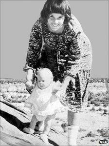 Lindy Chamberlain e a filha Azaria (Arquivo/AFP)