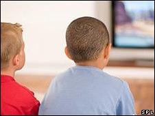 Niños viendo televisión
