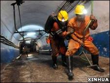 平禹煤矿救援人员帮助一名幸存矿工逃生(16/10/2010,新华社图片)
