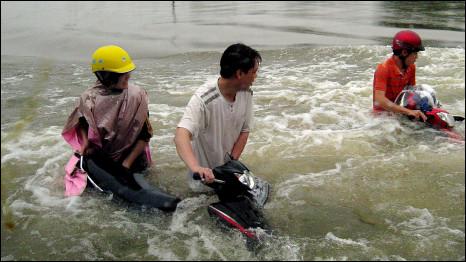 Lũ lụt tại miền Trung Việt Nam gây ảnh hưởng tơí gần nửa triệu người