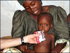 Madre e hijo con ayuda alimentaria