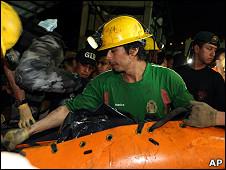 Equipo de rescate en Ecuador