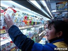 北京一家超市的工作人员整理乳品冰箱(2007年 新华社图片)