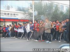 """青海海南州共和县藏族学生上街抗议(""""自由西藏""""图片20/10/2010)"""