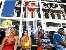 Cubanos afuera de un supermercado en Santiago de Cuba