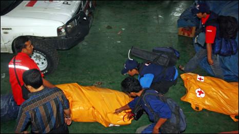 PMI dan TNI termasuk lembaga pertama yang mengirimkan tenaga bantuan ke Kepulauan Mentawai dengan alat transportasi laut.