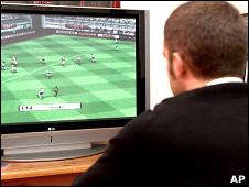Hombre mirando televisión