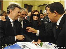 Cristina Fernández, acompañada por (de izq. a dcha.) Juan Manuel Santos, Luiz Inacio Lula da Silva y Hugo Chávez
