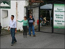 Vecinos de la urbanización Mirávila montan guardia en la puerta
