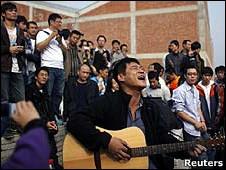 在上海艾未未工作室外的支持者(2010年11月7日)