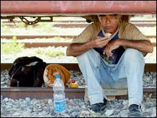"""""""Los Invisibles"""": Esperando el tren. Ciudad Ixtepec, Oaxaca, April 2010. Cortesía: Amnistía Internacional"""