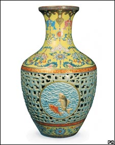创下亚洲艺术品拍卖纪录的乾隆瓷瓶