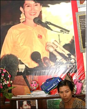 Militante de LND y foto de Ang San Suu Kyi