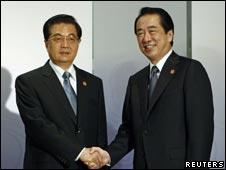 胡锦涛在横滨APEC峰会上与日本首相菅直人握手(13/11/2010)