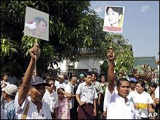 Simpatizantes de Aung San Suu Kyi