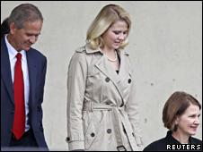 Elizabeth Smart (ao centro), com seus pais