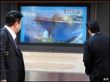 日本行人观看电视新闻播出的撞船录像(05/11/2010)