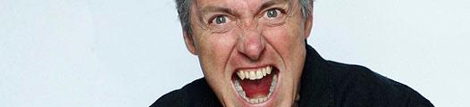 Un hombre grita con furia