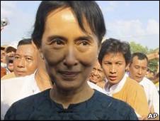 Bà Suu Kyi, 65 tuổi, được trả tự do sau khi án quản thúc tại gia hết hạn