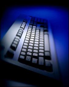 Un teclado bajo un reflector