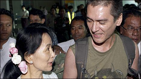 Bà San Suu Kyi và con trai