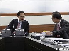 El presidente Lee Myung-bak escucha al ministro de Defensa Kim Tae-young