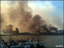 Columnas de humo salen de la isla de Yeonpeong